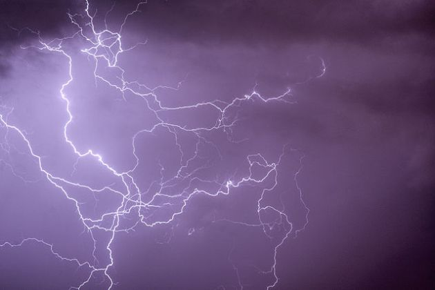 640px-Cloud-to-cloud_ramified_lightning_discharges[1]