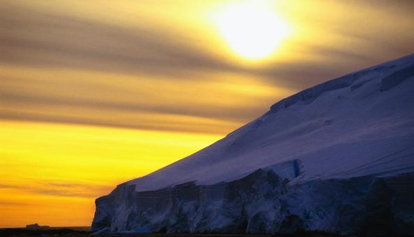 Céu amarelo sobre o gelo e o oceano