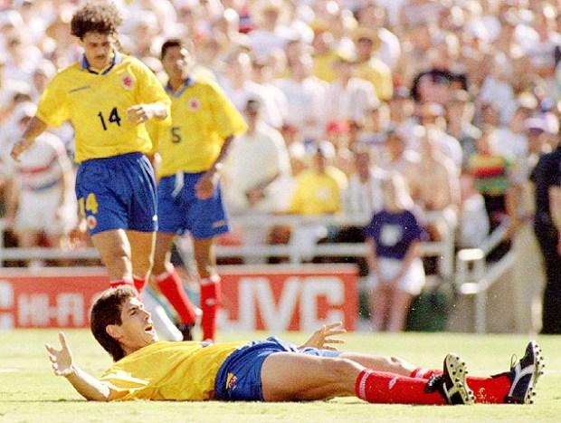 O colombiano Andres Escobar lamenta o gol contra feito a favor dos EUA na Copa de 1994