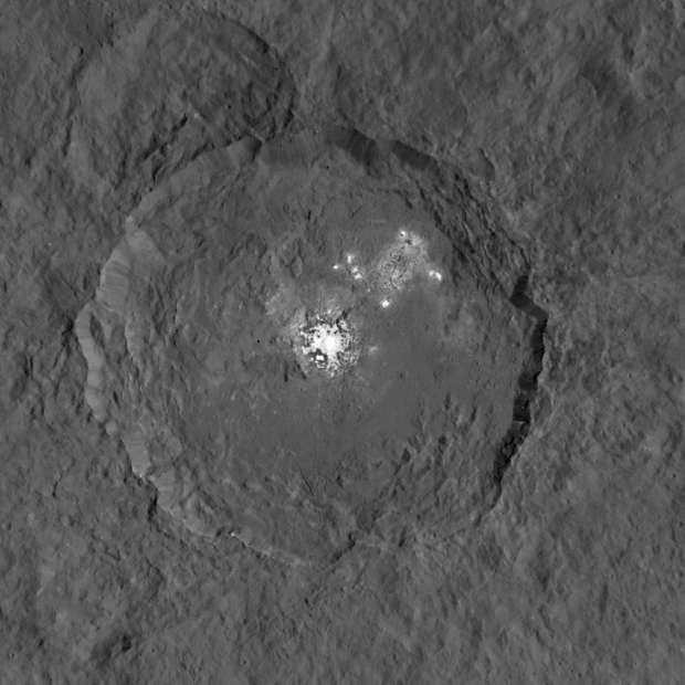 Com uma resolução de cerca de 137 metros por pixel, esta nova visão de Ceres é composta por duas imagens - uma que capta o detalhe dos pontos brilhantes, e outra que capta a superfície em segundo plano.