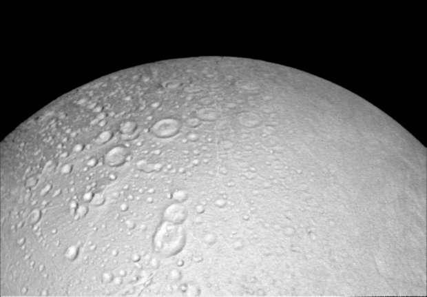 Esta imagem da região norte de crateras de Encélado foi feita a partir de 6.000 km de distância