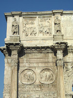 Constantino, una vela a Dios y otra a… otro Dios