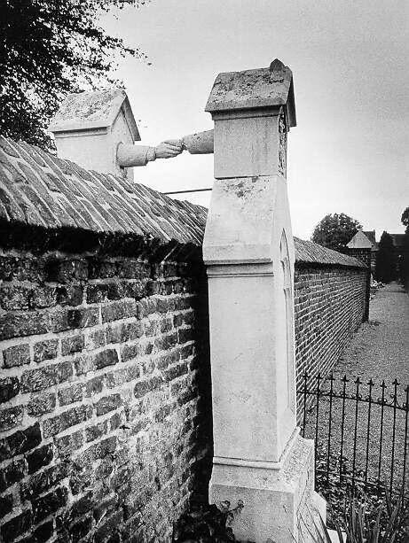 Enterrados en cementerios distintos y se dan la mano