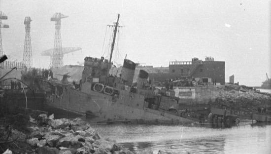 El barco HMS Campbeltown incrustado en la esclusa