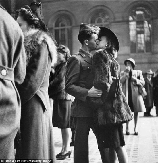 Otra foto de Alfred Eisenstaedt, en este caso partiendo desde Nueva York a la guerra