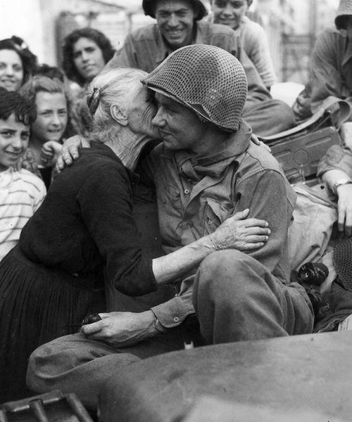 (Una anciana italiana besa a un soldado de EEUU tras la liberación de Roma)