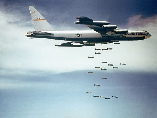 Un B52 lanzando bombas
