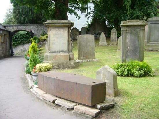 Otro ataúd metálico, expuesto en un cementerio cerca de Edimburgo