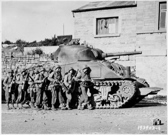 Un Sherman con el cortasetos de Culin en la parte frontal