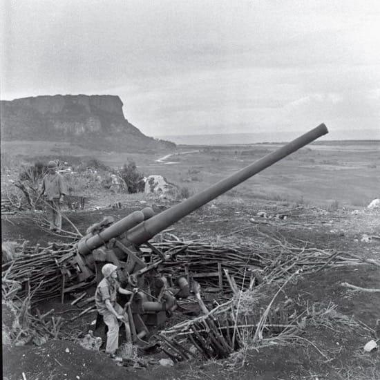 Pieza de artillería durante la batalla de Saipan, en 1944. Foto no publicada en LIFE