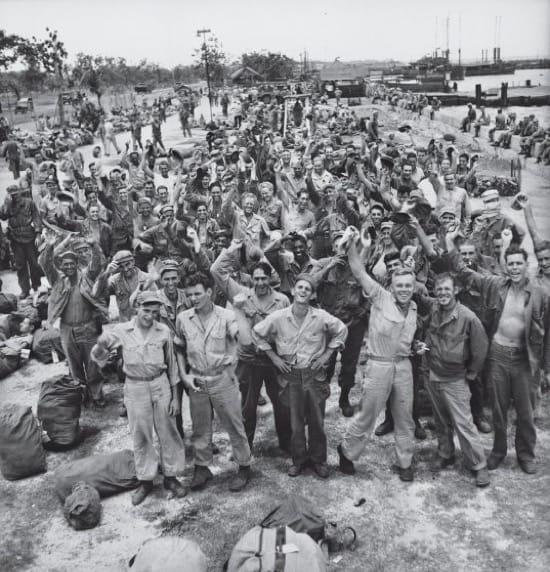 Tropas americanas en Filipinas celebrando al rendición japonesa