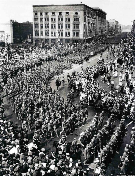 Impresionantes fotos del desfile de los nazis por Moscú, la ciudad que nunca tomaron 6