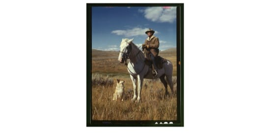 Vaquero a caballo con su perro, en Montana, en 1942. Foto de Lee Russell
