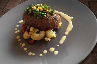 Biefstuk met kaasaus en geroosterde bloemkool
