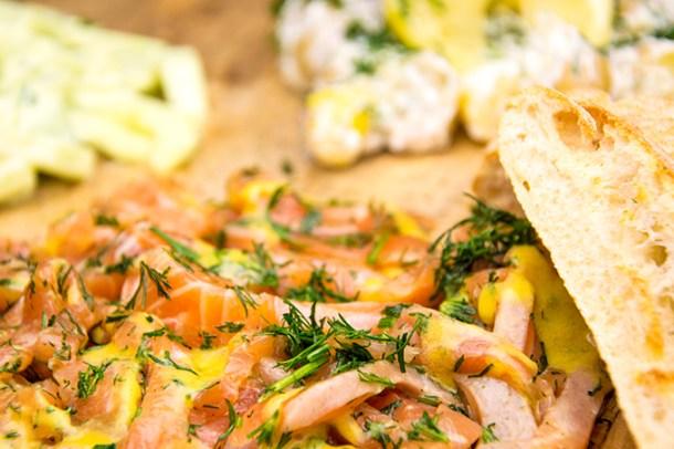 Gravad lax met aardappelsalade en komkommersalade