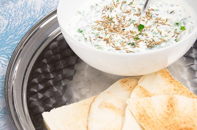 Griekse yoghurt met knoflook en komijn