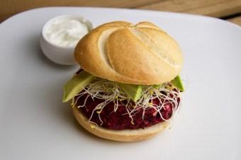Recept Bietenburger met avocado en alfalfa