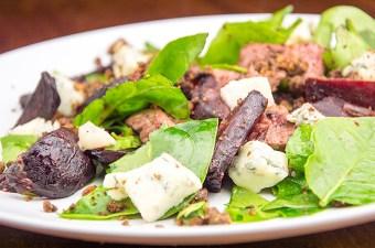 Recept rode biet salade met biefstuk en crumble