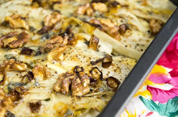 Witlofschotel met gorgonzola en walnoten