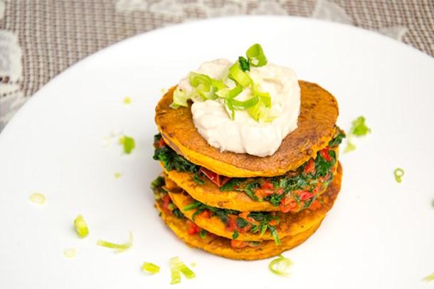 Zoete aardappel pancakes met spinazie en paprika