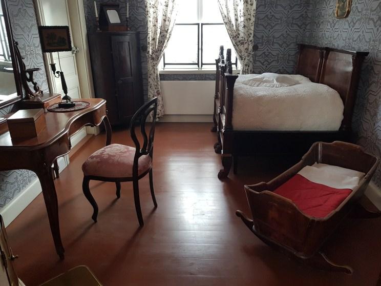 Soverommet inneholder sminkebord, vogge, ovn og en svært kort seng, knapt plass til å sitte i.
