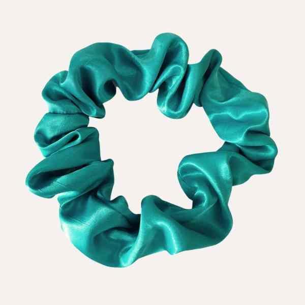 chouchou scrunchie xxl en satin curly nights bleu vert turquoise pour cheveux bouclés et crépus