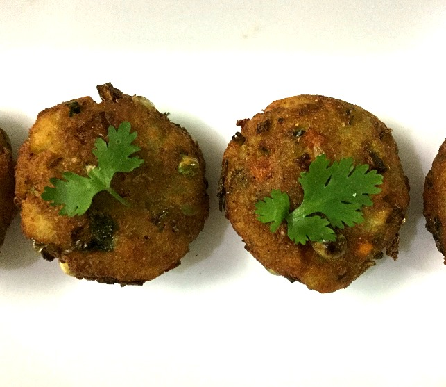 Indian Street Food Aloo Tikki Recipe: Aloo Tikki Recipe/Spicy Indian Style Potato Patties