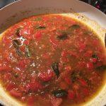 Zalm, bruine mosterdzaadjes, gekorianderpoeder, komijn, kurkuma, kerriepoeder, cayenne peper, zout, tomaat, olijfolie, venkelzaad, verse curryblaadjes