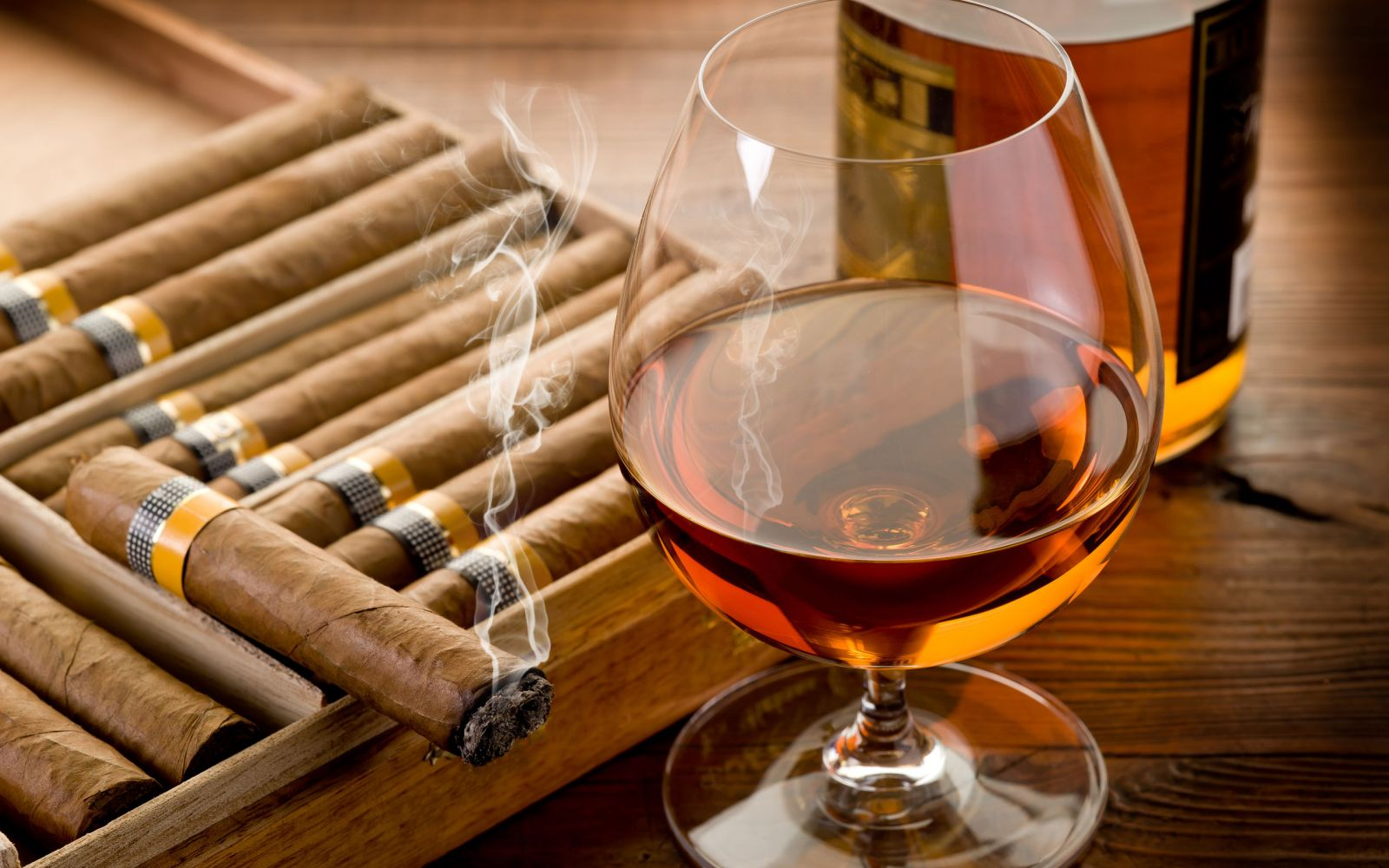 https://i0.wp.com/www.cursodecocteles.com/img/site/images/Cigar-Smoke-And-Cognac.jpeg