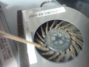 爪楊枝を使って放熱ファンのほこりを除去
