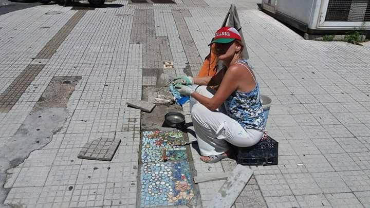 Irina Balaeva, la donna che trasforma in mosaici le buche a Messina
