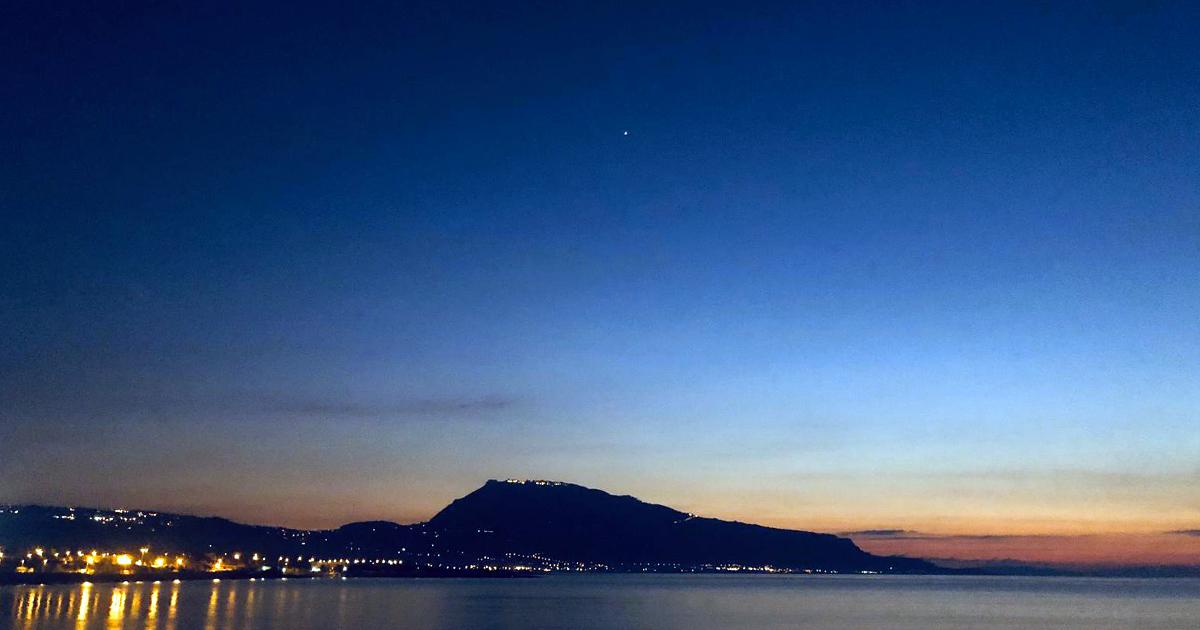 Il sole si tuffa nella baia di Custonaci regalando uno dei tramonti più belli della Sicilia.