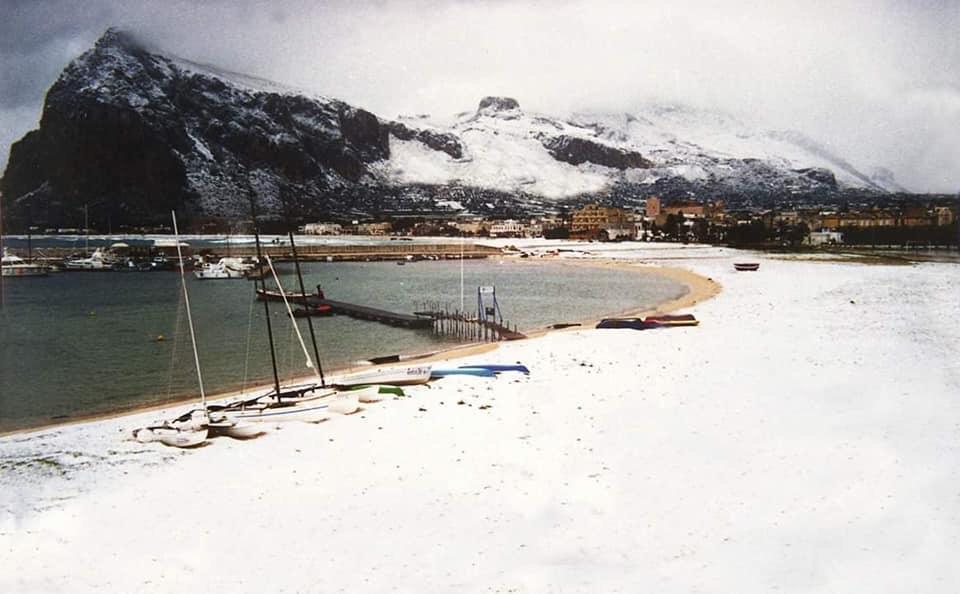 La spiaggia di San Vito Lo Capo, completamente ricoperta dalla neve. FOTO