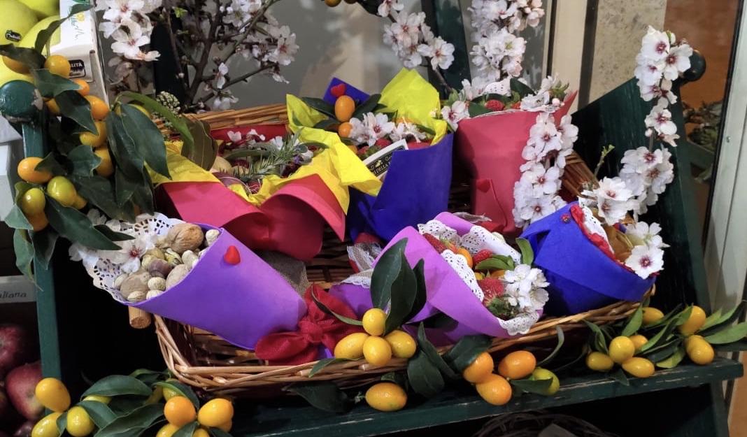 L'idea di una fruttivendola siciliana. Bouquet di frutta fresca come regalo di S. Valentino.