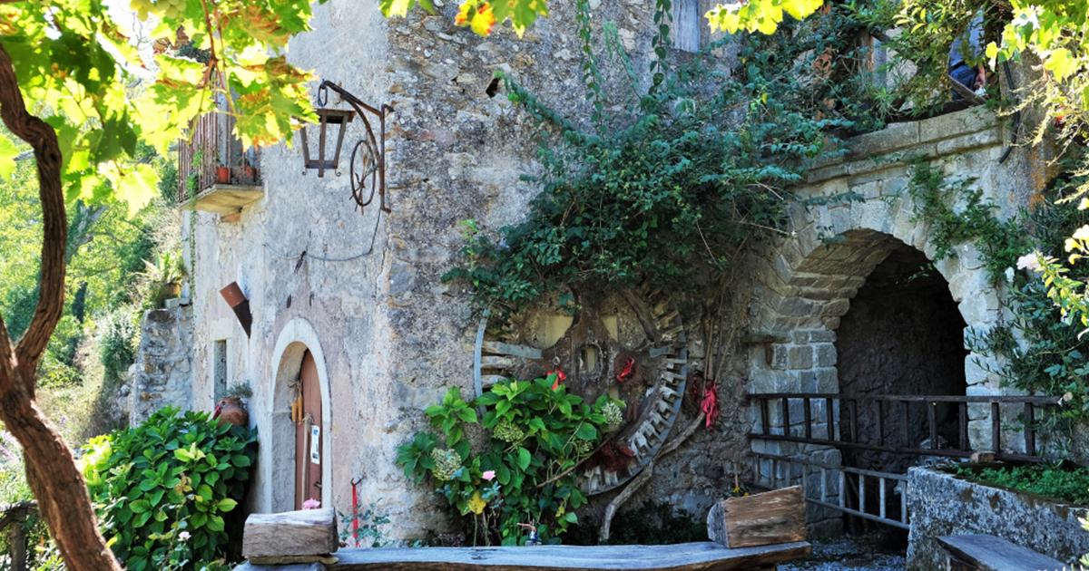 A Novara di Sicilia  si trova uno degli ultimi mulini ad acqua d'Italia dove si macinano i grani antichi