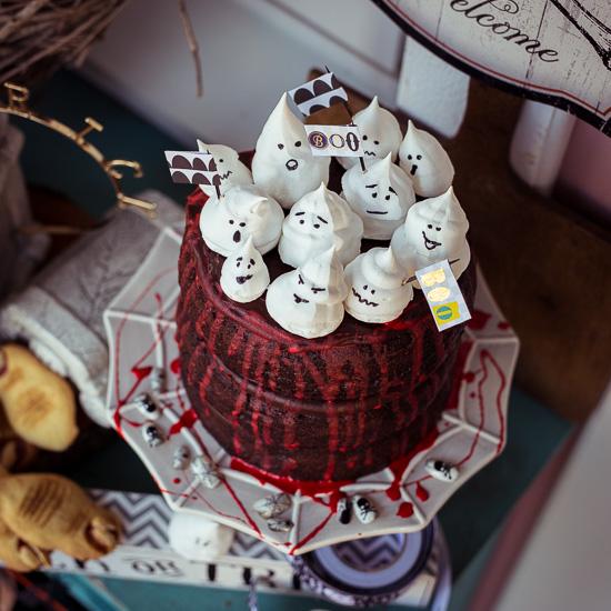 Schoko Ganache Kuchen mit 'Blut' und Meringue Geistern