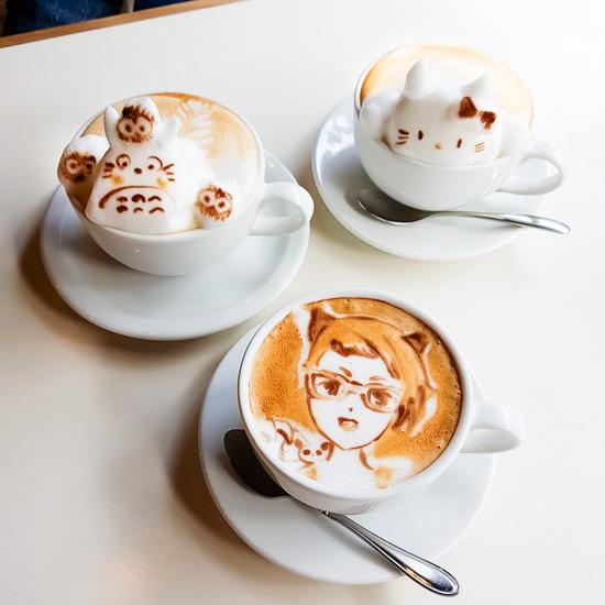 Irgendwann haben wir dann schweren Herzens auch diese Latte Art Kunstwerke getrunken