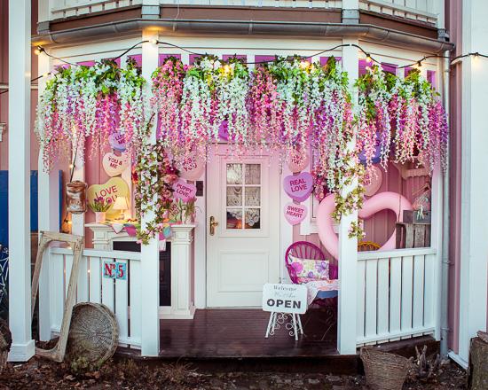 Ich habe den Rosa Haus Eingang passend zum Wetter mit Kunstblumen neu gestaltet.