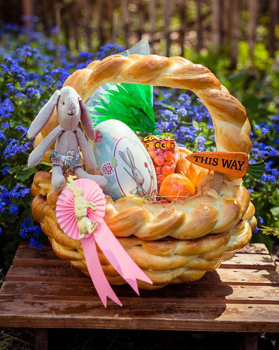 Diesen Osterkorb habe ich aus Challah Brotteig geflochten und gebacken