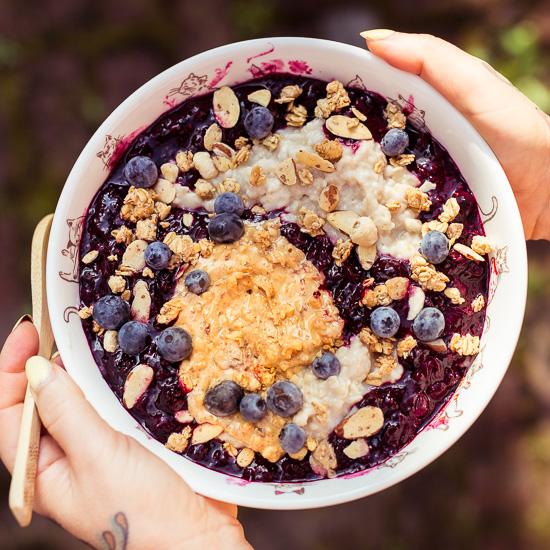 Porridge mit Blaubeerkompott zum Frühstück