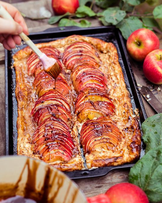 Das Grundrezept für diesen ganz schnellen Apfelkuchen findest Du in School of Baking