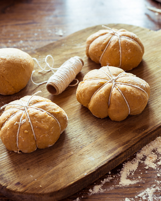 Hier siehst Du wie du bei den Pumpkinbroetchen am Besten die Schnur anbringst
