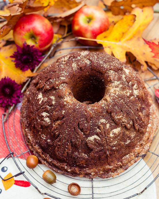 Ich habe diesen Apfelkuchen in einer schönen Blätterform gebacken