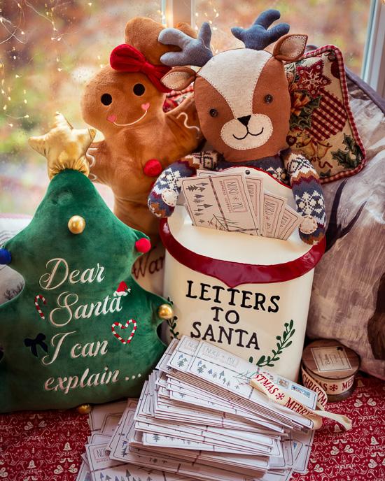 Boris das Rentier hilft dieses Jahr selbst beim Verschicken der Briefe vom Weihnachtsmann