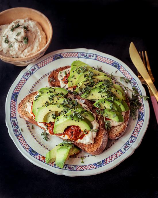 Den Hummus für dieses Avocado Brot habe ich ganz schnell selber gemacht
