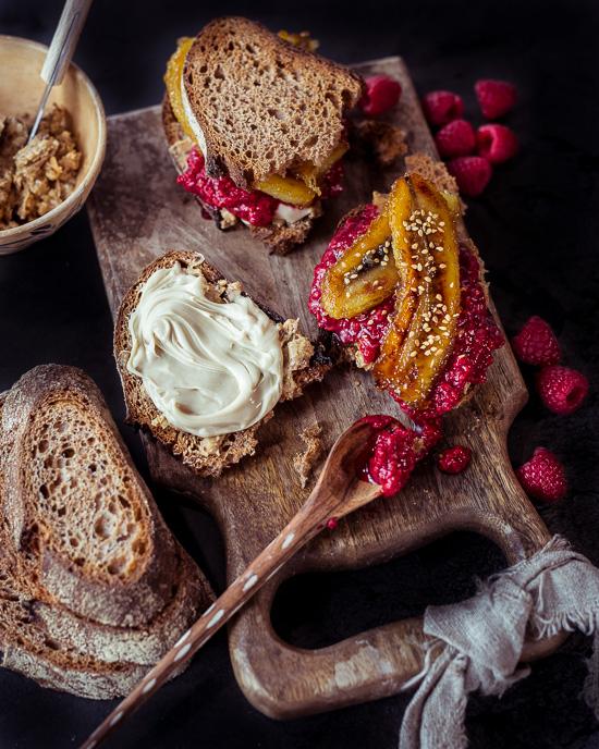 Zum Frühstück gibt es Dinkelbrot mit Peanutbutter, Himbeerkompott und gebratenen Bananen