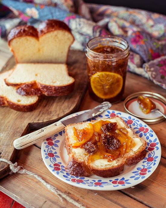 Zur Orangen Feigen Marmelade gibt es Brioche aus School of Baking