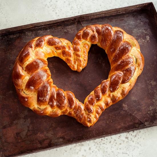 Das Challah Brot aus Backen mit Love als Herz geflochten