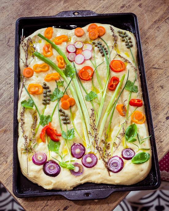 So sieht meine Blumenwiese auf dem Focaccia Brot vor dem backen aus