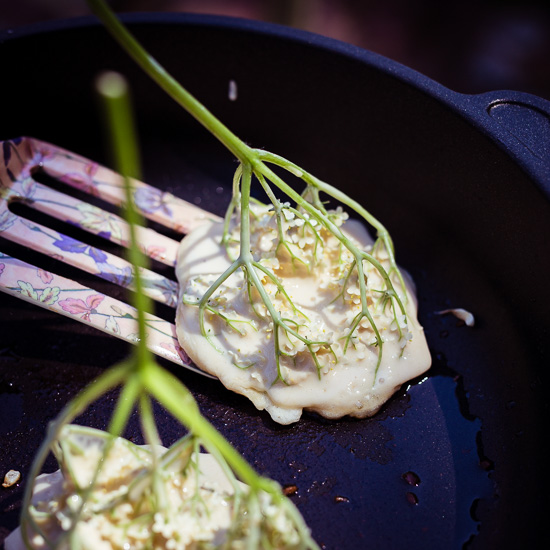 Dann brate ich die Holunderblütenpancakes ganz notmal in der Pfanne